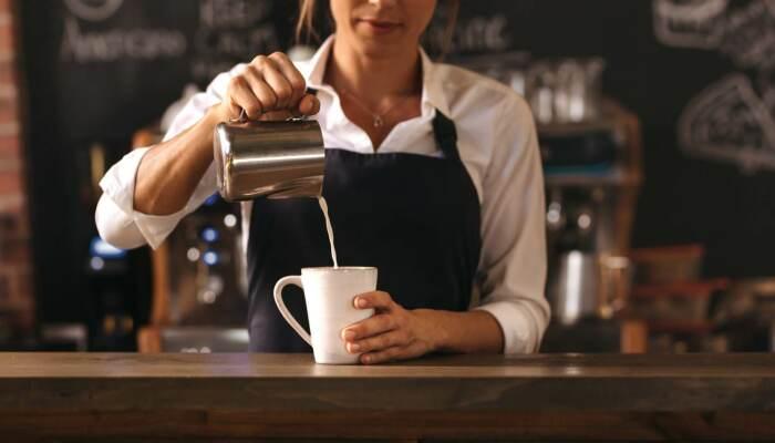 Как правило, кофе за барной стойкой стоит дешевле, чем за столиком / Фото: eurocoffeedirect.com