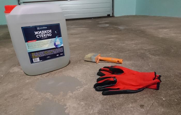 Один из способов защиты верхнего слоя бетона от сколов и трещин - нанесение жидкого стекла / Фото: mirbetona.info