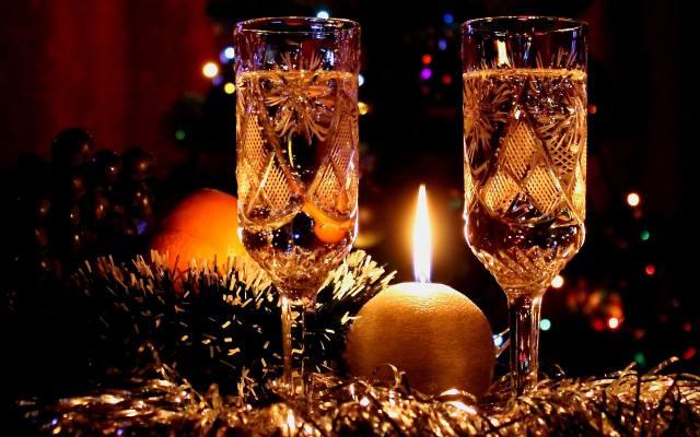 Налитые в хрустальные бокалы напитки предстают в новом свете / Фото: ua.wallpapers-fenix.eu