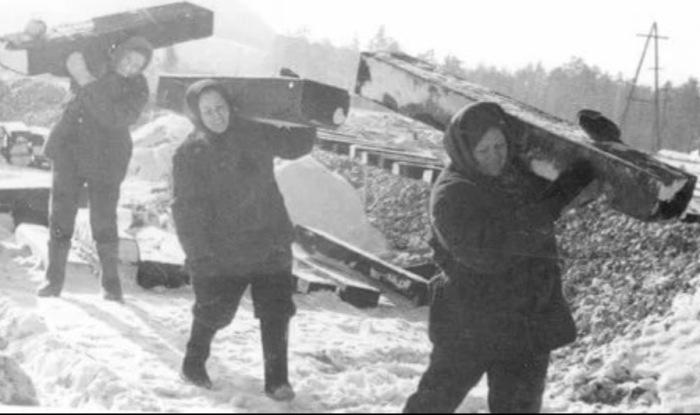 Не только представители сильного пола, но и женщины в период СССР могли справиться с такими силовыми нагрузками / Фото: bolshoyforum.com