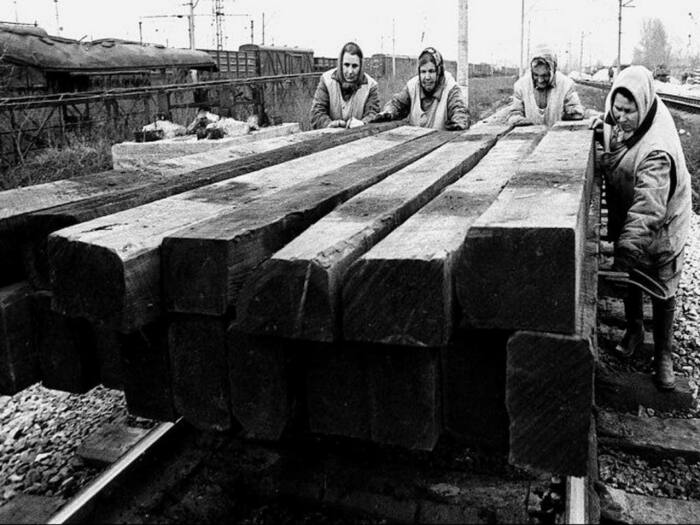 Часто рабочие на себе таскали именно последний вариант шпал / Фото: ru.telegram-store.com