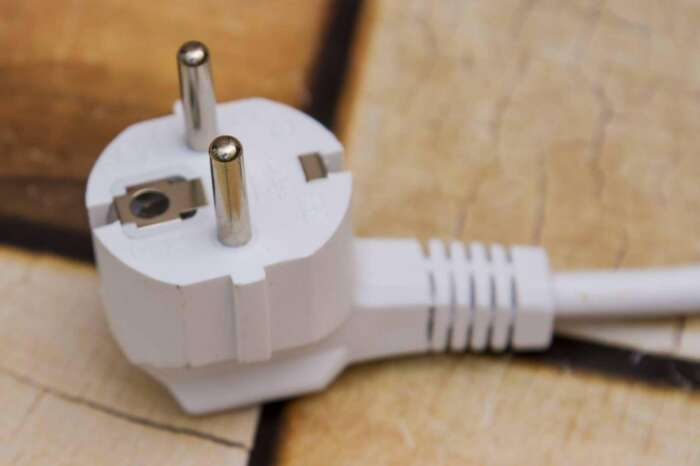 В такую евророзетку не получится подключить прибор без специального отверстия / Фото: gipso.yarfotograf.ru