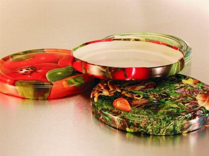 Процесс закатки банок винтовыми крышками осуществляется по упрощенной схеме / Фото: zip-perm.com