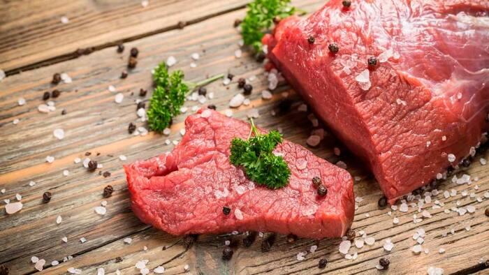 Запекая, жаря мясо, мы выполняем стандартные действия: солим, перчим, маринуем / Фото: fiteria.ru