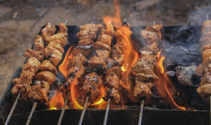 В процессе приготовления шашлыка сложнее всего удерживать равномерный жар из-за стекающего с мяса жира / Фото: Twitter