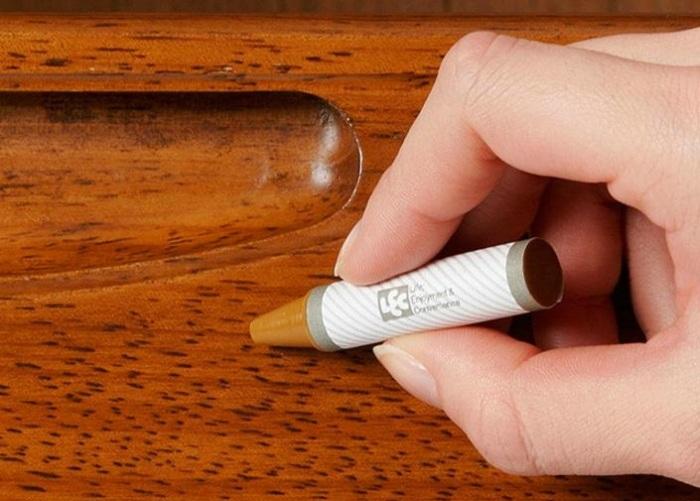 Исправить дефект можно при помощи восковых мелков, но эффекта незаметности добиться не получится / Фото: imall.com