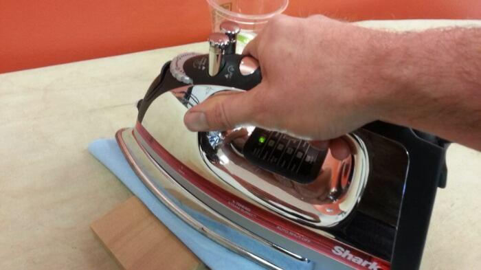 Горячим утюгом необходимо прогладить смоченное место через ткань / Фото: cpykami.ru