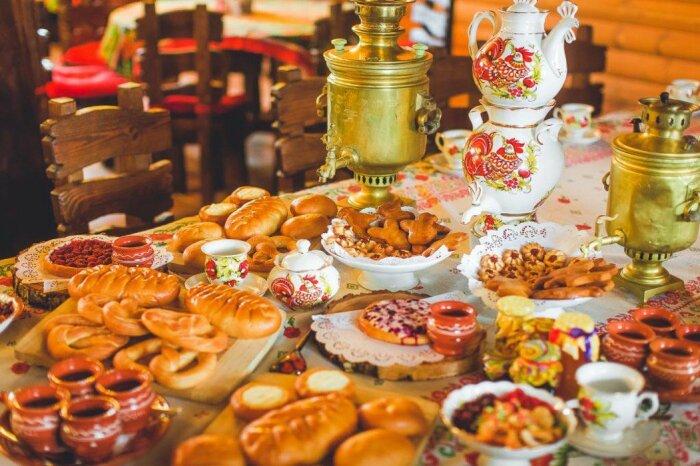 Для русских чаепитие - это особый ритуал с пирогами, сладостями и самоварным чаепитием / Фото: m.fotostrana.ru