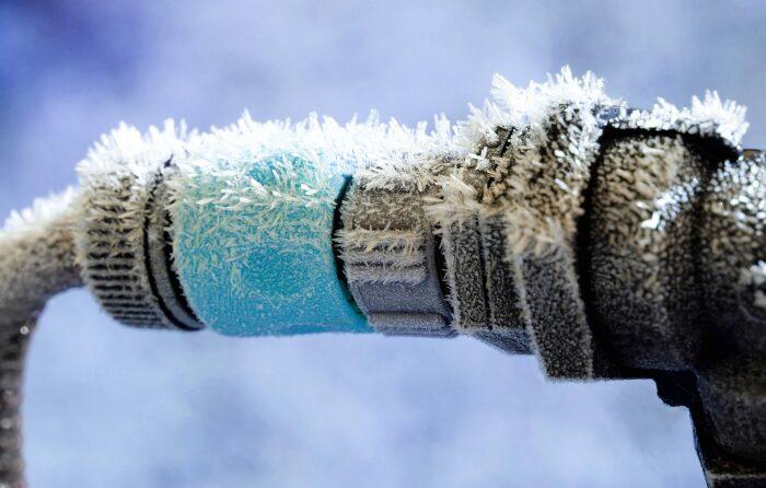 Для предотвращения замерзания воды в трубах, заведенных в баню, существует два действенных способа / Фото: whippleplumbing.com