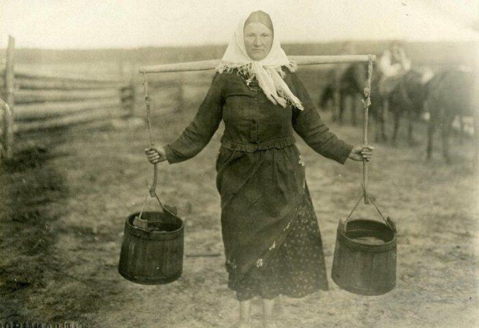 В старину люди носили воду для бани в ведрах / Фото: smolbattle.ru