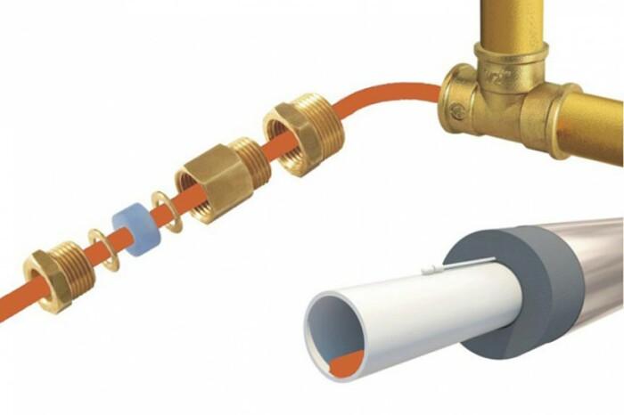 Рекомендуется прокладывать согревающий кабель при закладке труб / Фото: teplopol74.ru