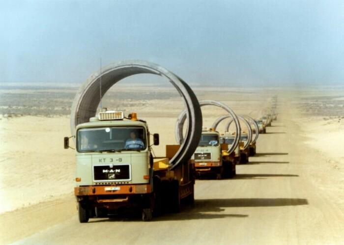 К местам проводимых работ подвозились на грузовиках секции трубопровода, диаметр которых был до четырех метров / Фото: maxpark.com