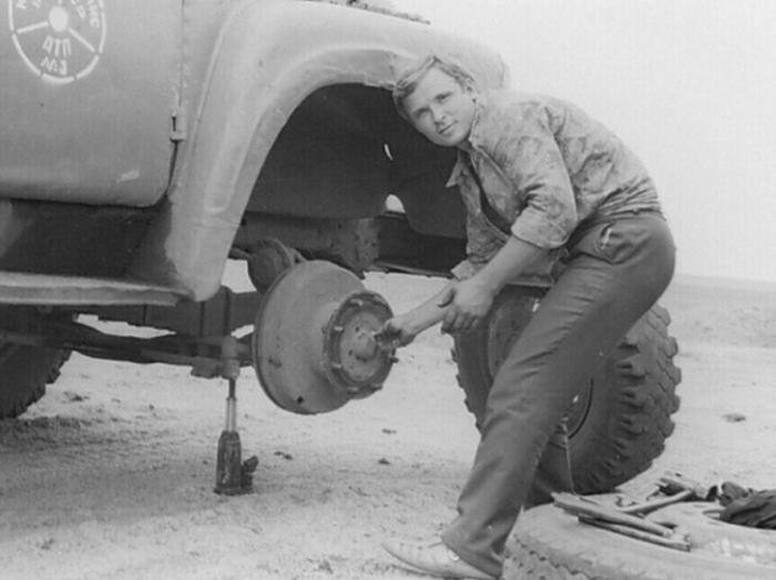 Шофер в СССР не только водил автомобиль, но и ремонтировал его самостоятельно / Фото: vk.com