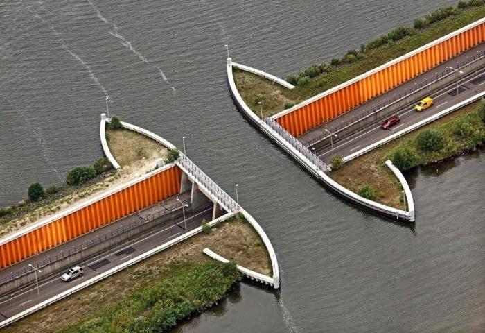 Акведук Велувемеер соединяет два водоема искусственного происхождения / Фото: turprikol.ru