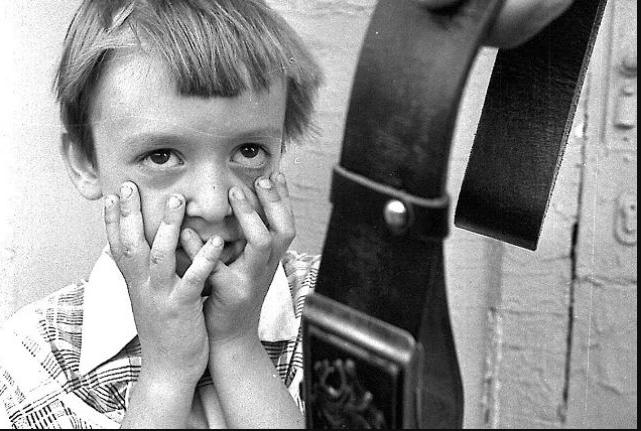 Всыпать ремня ребенку в СССР считалось нормой / Фото: yandex.ru