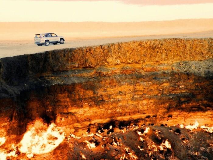 Добраться до «Двери в преисподнюю» можно только на внедорожнике, легковой автомобиль не проедет по пескам пустыни Каракум / Фото: unn.com.ua