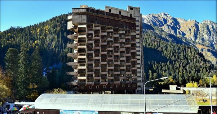 Вероятно, задуманный архитекторами вращающийся механизм гостиницы не был реализован, поэтому проект заморозили / Фото: stav26.livejournal.com