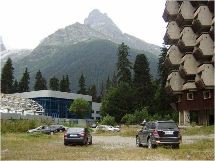 На территорию гостиницы вход свободный, здесь даже можно поставить автомобиль / Фото: yandex.ru