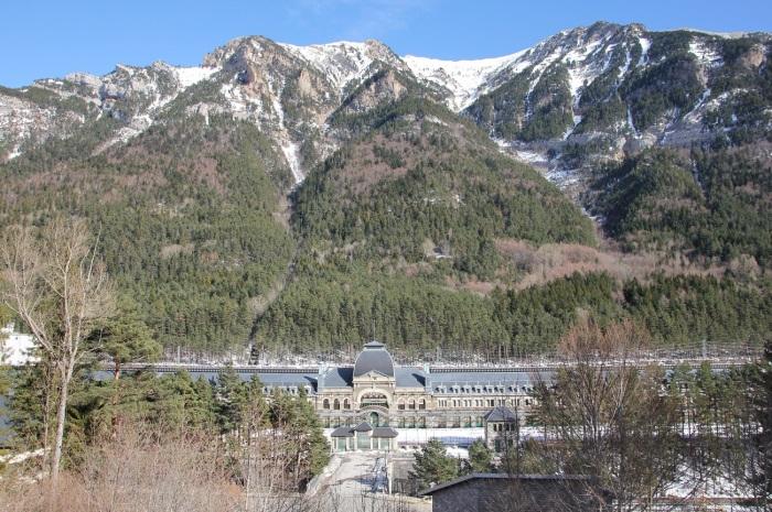 Вокзал находится высоко в горах и имеет длинные двухсотметровые платформы, поэтому получил второе название «Титаник гор» / Фото: wikimapia.org
