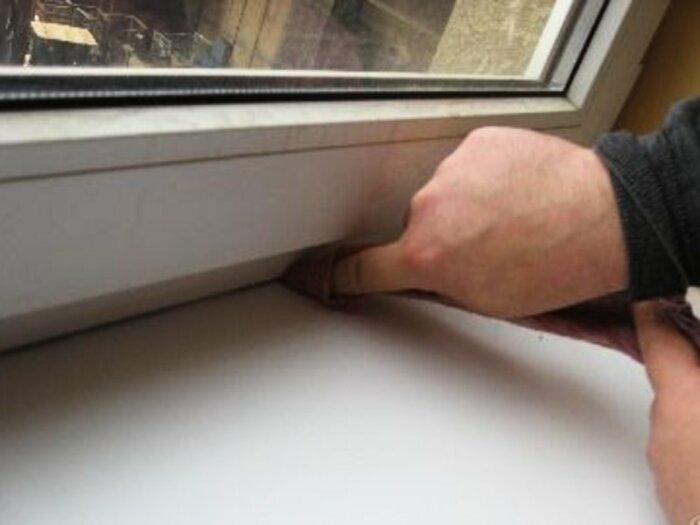 Наносить данное средство необходимо на заранее подготовленную поверхность – чистую и обезжиренную / Фото: vse-okna24.com