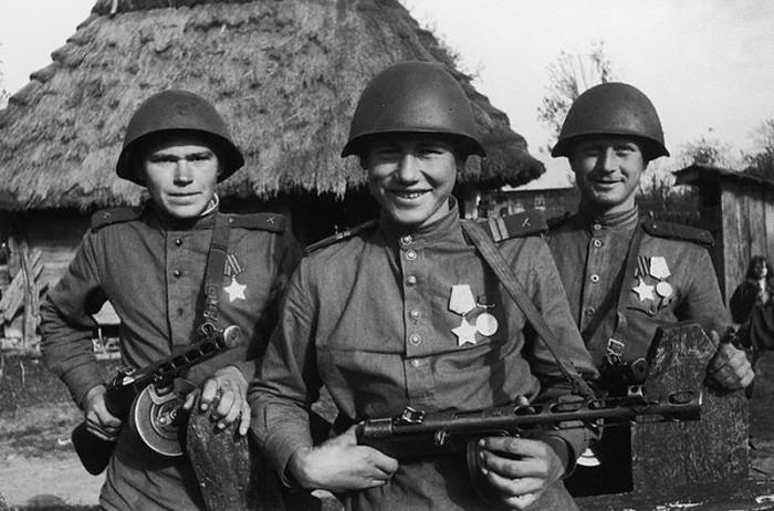 Советские солдаты, в отличие от немецких, ходили в хлопчатобумажной форме / Фото: russian7.ru