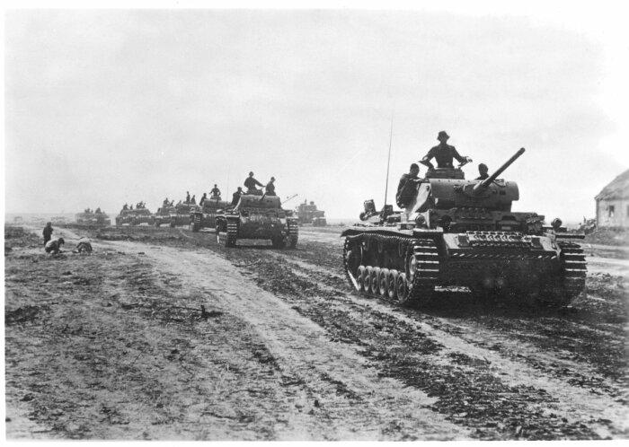 С юга танки немцев стали наступать 05.07.1943 г., встретили их «радушно»: гранатами ручного типа, минами, стрельбой из противотанкового оружия / Фото: Twitter›muzeypobedy