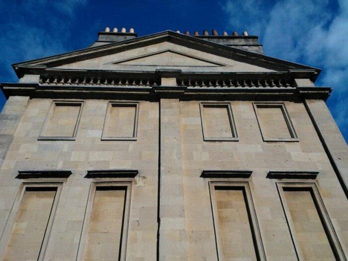 Архитектура зданий того времени предполагала наличие большого количества огромных окон / Фото: travelask.ru