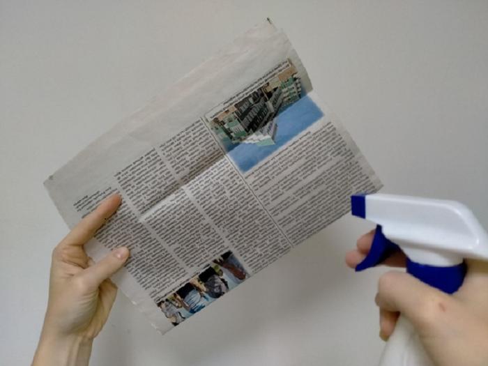 Газету необходимо обильно смочить водой с помощью пульверизатора / Фото: sarafan4ik.ru