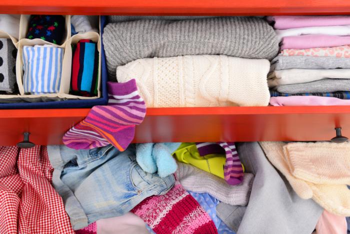 Не рекомендуется класть грязные вещи в шкаф с чистой одеждой / Фото: blog.irr.ru