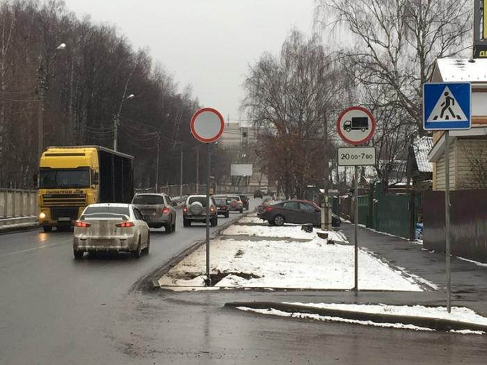 При установленном знаке «движение запрещено» нельзя передвигаться ни в одном из направлений – не въезжать, не выезжать / Фото: jediru.net
