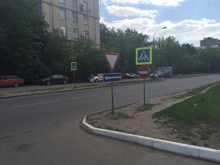 Дорожный знак «кирпич» запрещает двигаться автомобилю в определенном направлении / Фото: saomos.news
