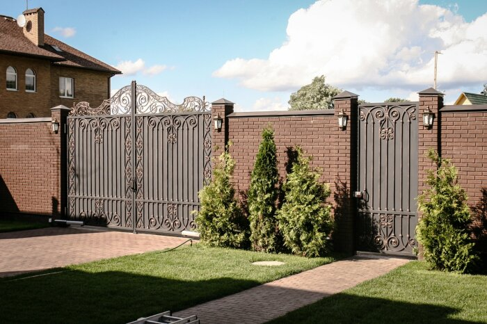В последние годы у нас в стране практически каждая частная территория, дача огораживается двухметровым забором / Фото: almode.ru