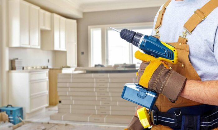 Максимум, что может сделать американец сам в своем доме, это подкрасить чуть облупившуюся стену, угол или подклеить кусок обоев / Фото: masterhandy.com