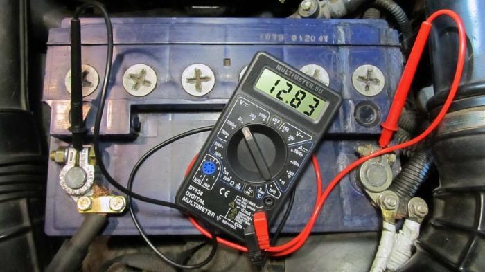 Нормальное напряжение в клеммах АКБ может лишь частично обрисовать ситуацию / Фото: automobile-zip.ru