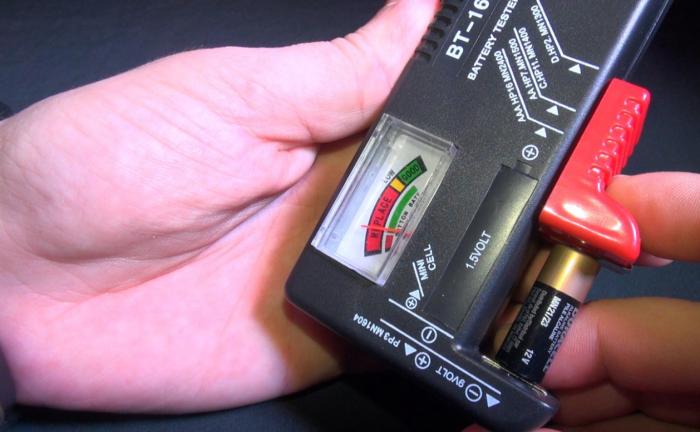 Не в каждом доме всегда имеется прибор для определения уровня зарядки батарейки / Фото: irecommend.ru