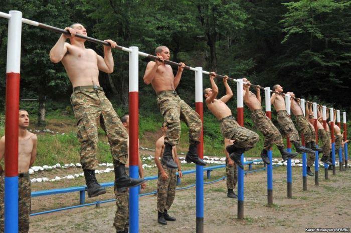 Для поддержания хорошей физической формы военные должны регулярно заниматься спортом / Фото: vk.com