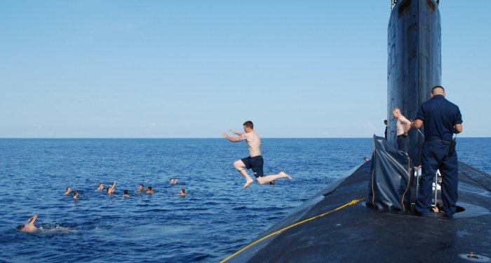 После всплытия субмарины на поверхность моряки могут расслабиться и отдохнуть на свежем воздухе / Фото: funnystorya.ru
