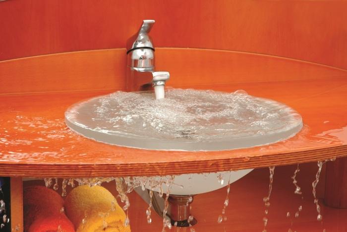 Засоры, препятствующие сливу воды в мойках на кухне, в ванной или раковине, знакомы практически всем / Фото: moemchistim.com
