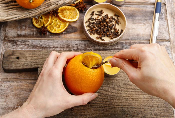 Корки от апельсина высушиваются и вместе с с зернами перемалываются / Фото: lady.online.ua