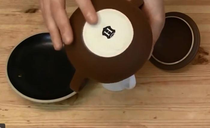Важно, чтобы на керамике была неглазурованная выпуклость / Фото: yandex.ru