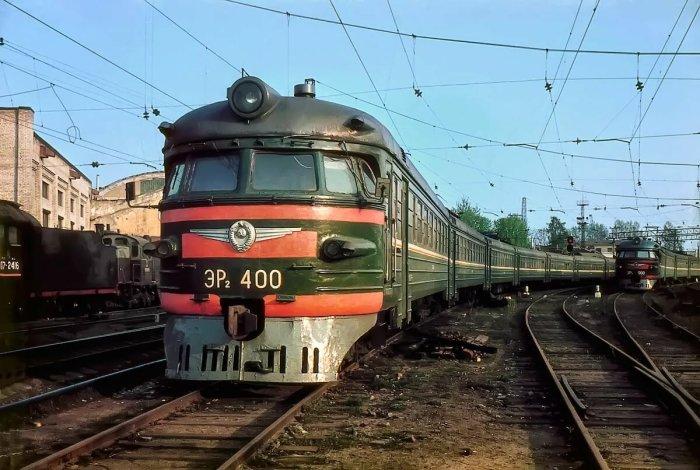 В послевоенное время составы начали окрашивать в зеленый цвет, а крышу - в серый / Фото: yandex.kz