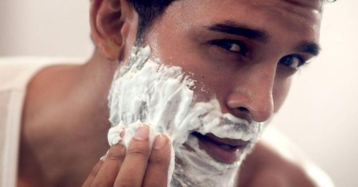 Самый простой и доступный способ для устранения проблемы - использование пены для бритья / Фото: manrule.ru