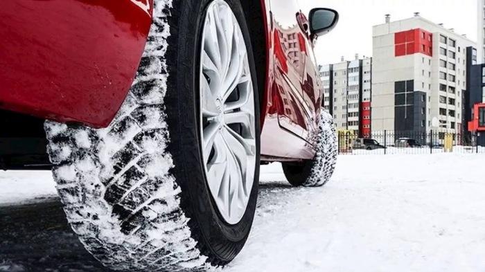 По всем правилам менять колеса с летних на зимние при выпадении первого снега или же возникновении гололеда уже несколько поздно / Фото: YouTube