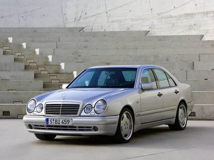 Овальные фары Mercedes-Benz W210, стали обликом целого ряда моделей.