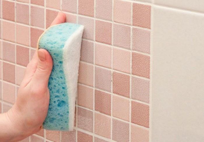 Тщательно вымывайте плитку и швы не реже двух раз в месяц / Фото: spb.pliter.ru