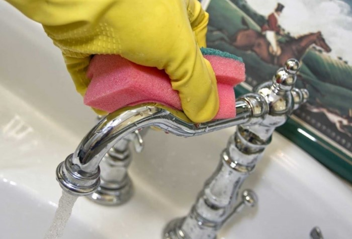 Мойте кран мягкими поролоновыми мочалками или тряпочками  / Фото: hammer.com.ua