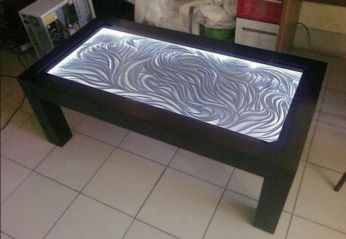 Возьмите краску металлик серебряного или золотого оттенка и покройте ею столешницу с нижней стороны. / Фото: ideas.homechart.ru