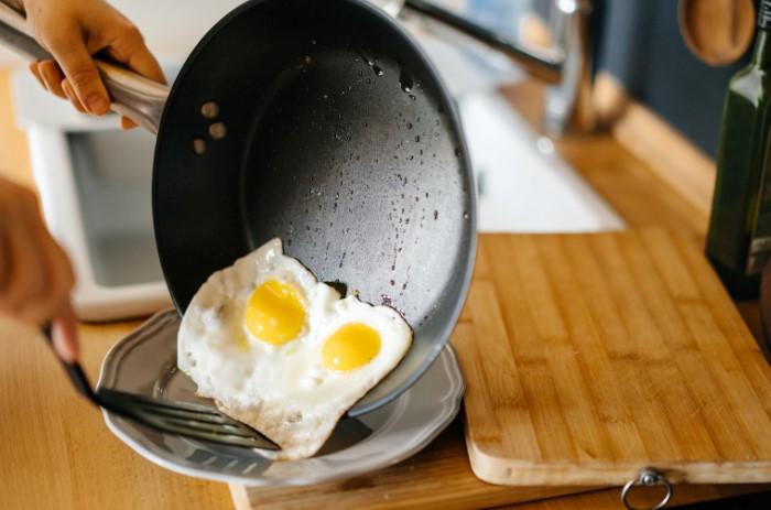 В идеале еда должна легко отходить от поверхности сковороды / Фото: nutritiouslife.com