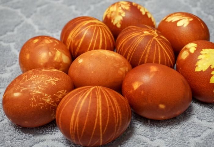 Иногда яйца обматывали нитками, создавая узор, и в таком виде отправляли краситься / Фото: konditer-club.ru