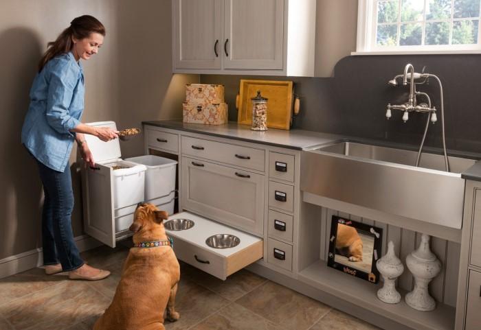 Например, в кухонном гарнитуре можно скрыть миски питомцев